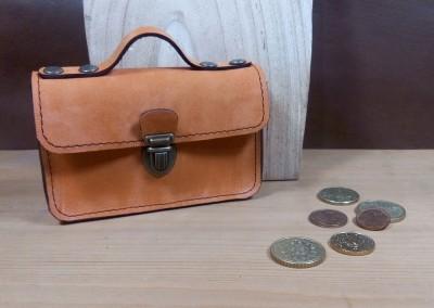 Le petit porte-monnaie cartable en cuir à l'esprit vintage