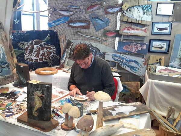 Xavier Bresson, peinture sur bois flotté à Fermanville