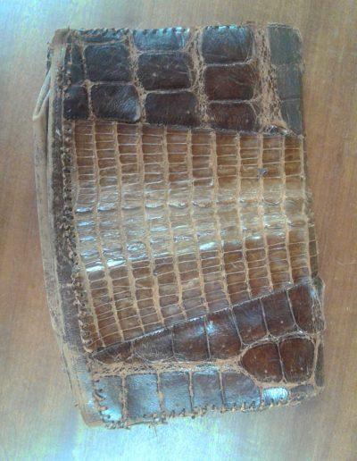 Réparation d'un sac à main de luxe en croco