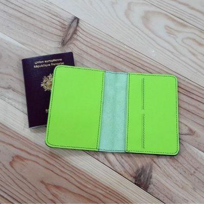 Protege passeport et carte cuir vert fluo fabriqué en france