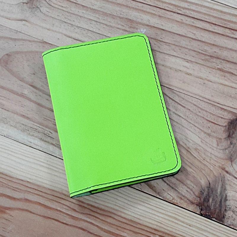 Protege passeport et carte cuir vert fluo