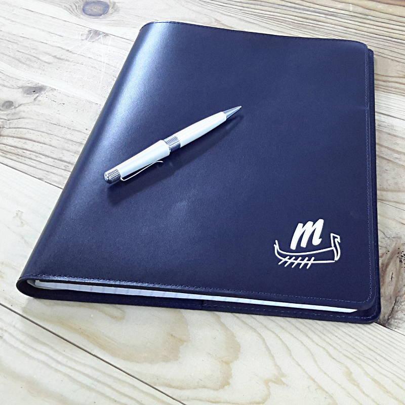 Protege cahier bleu marine logo drakkar blanc