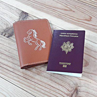 Protège passeport cuir marron et cheval blanc