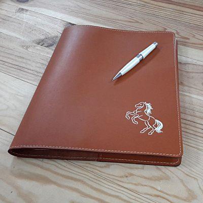 Protege cahier cuir marron et marquage cheval