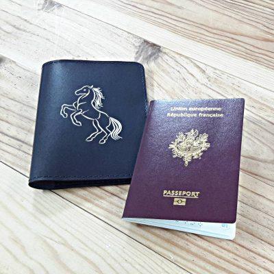Protege passeport cuir bleu marine et cheval blanc